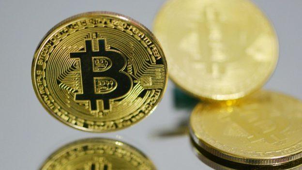 Bitcoin jatuh setelah reli akhir pekan melihat crypto mencapai $ 61K