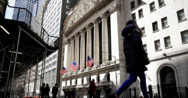 Wall Street ditutup lebih rendah setelah risalah Fed, crypto jatuh